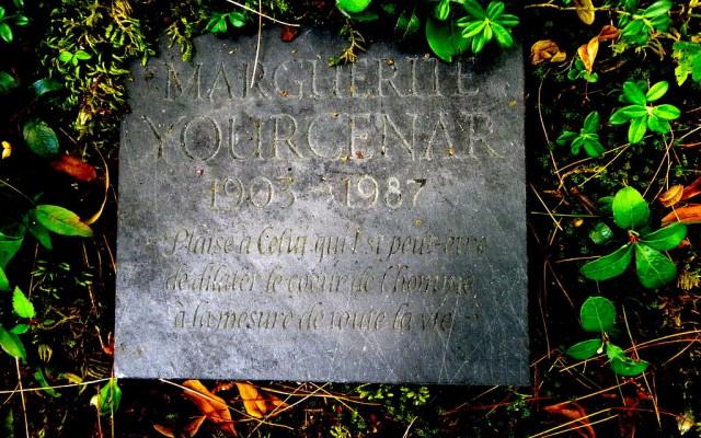 1024px-Plaque_funéraire_de_Marguerite_Yourcenar